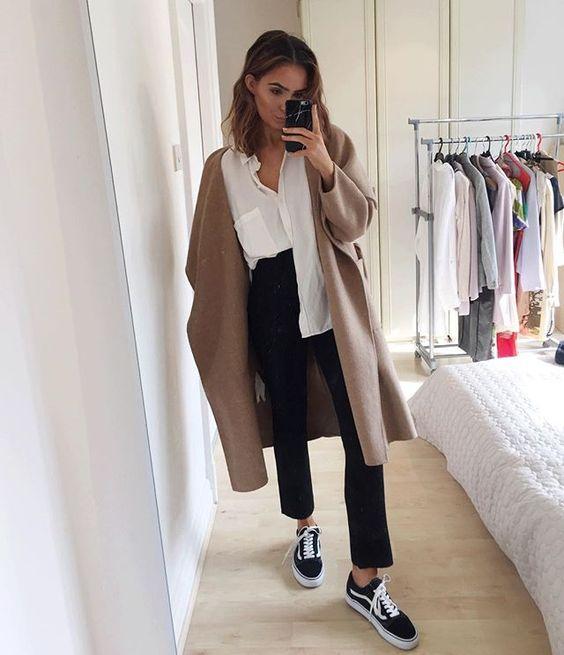 looks com tênis vans old skool camisa branca, calça preta e casaco marrom