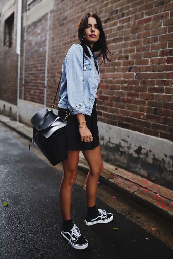 looks com tênis vans old skool com vestido preto e jaqueta jeans