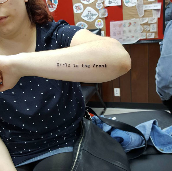 tatuagem girl power feminista escrita