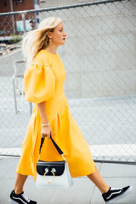 vestido amarelo e tênis vans old skool