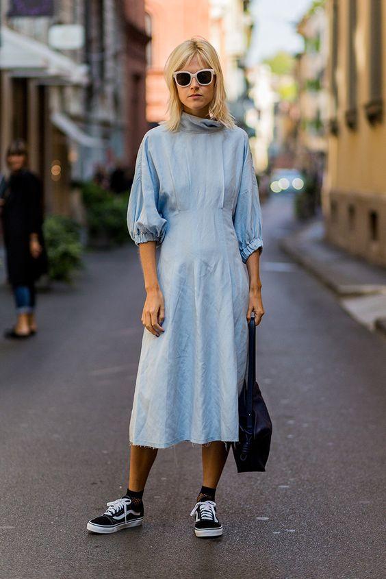 vestido azul e vans old skool
