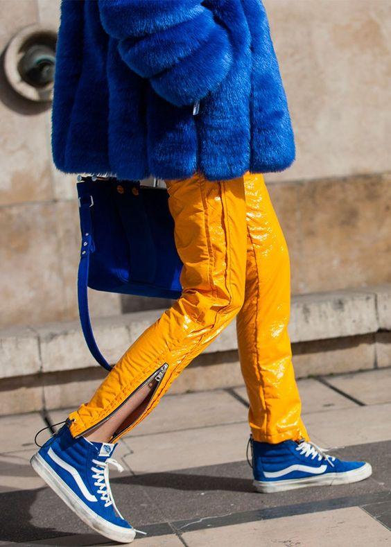 calça amarela casaco de pele azul
