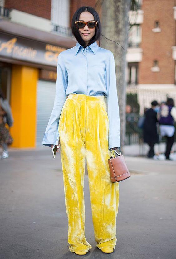 calça amarela de veludo e camisa azul claro
