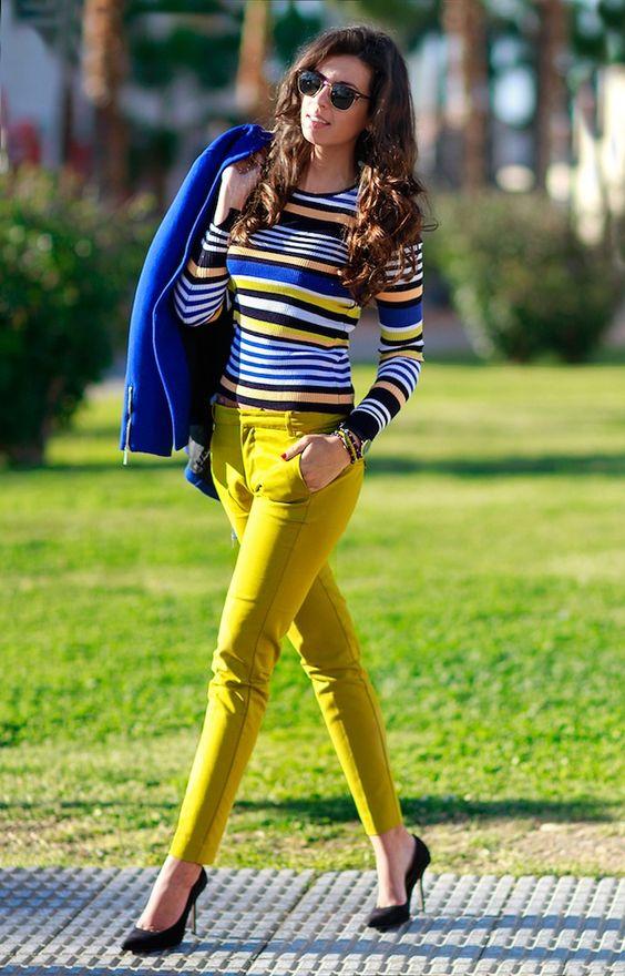 calça amarela e blazer azul