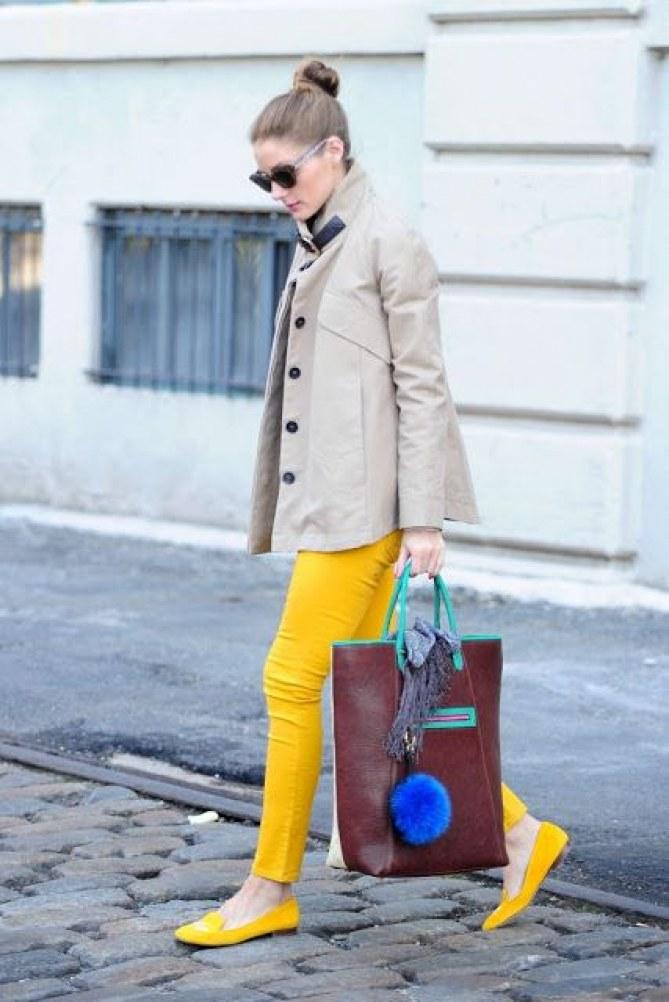 calça e sapatilha amarela e casaco areia