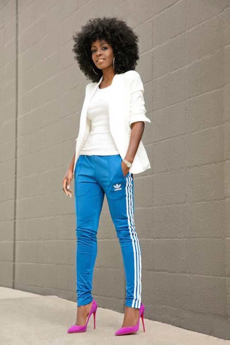 calça-esportiva-azul-adidas,-blazer-branco-e-scarpin-rosa