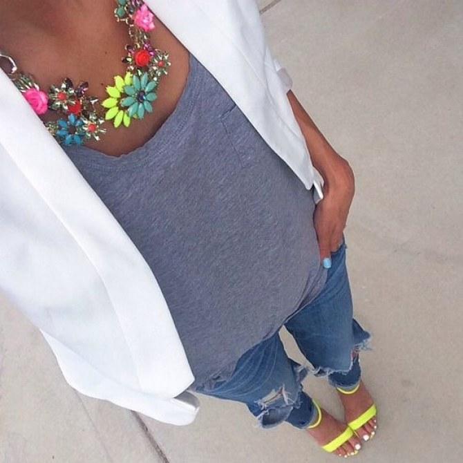 calça jeans, camiseta cinza, blazer branco, maxi colar e sapato amarelo