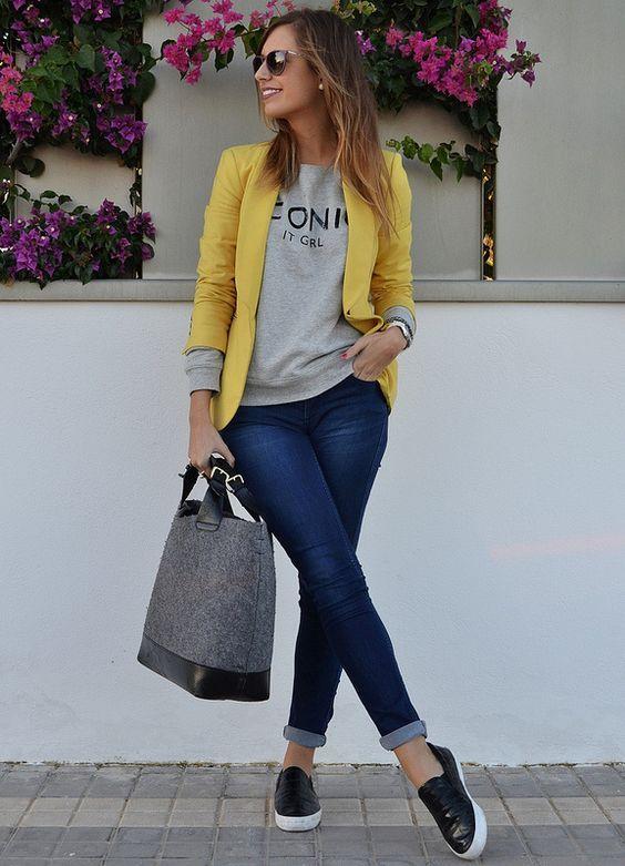 calça jeans e blazer amarelo
