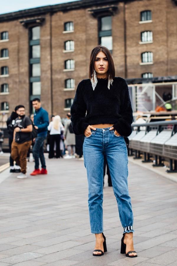 calça jeans presa na sandália