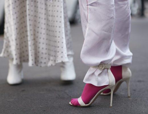 calça por dentro da sandália com meia colorida