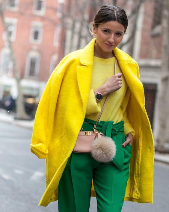 calça verde e casaco amarelo