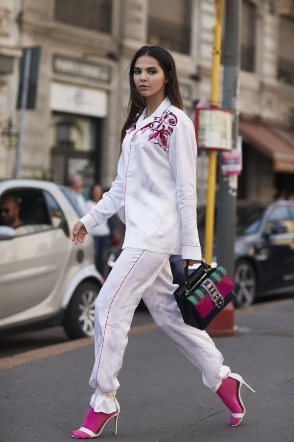 calca de pijama presa na sandália