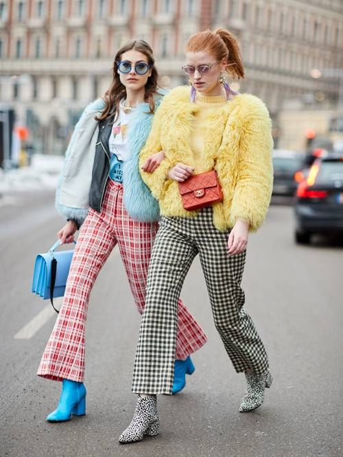 casaco de pele amarelo e calça xadrez
