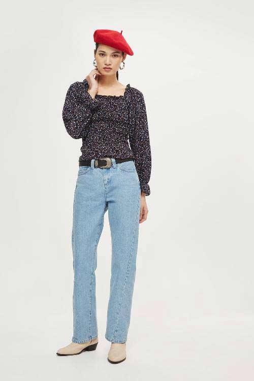 decote-quadrado-e-calça-jeans