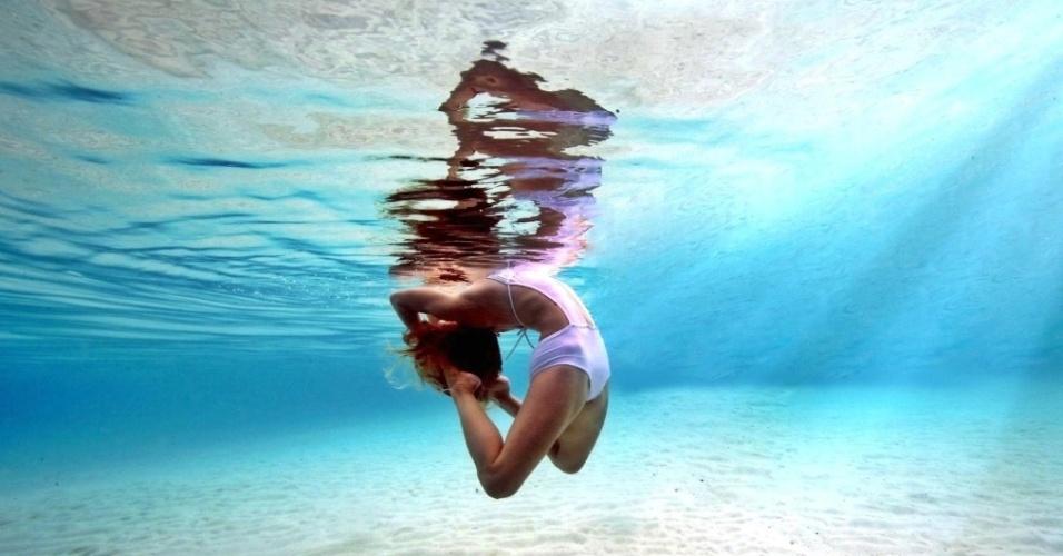 ioga embaixo da agua