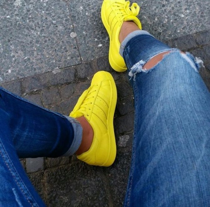 tênis adidas amarelo e calça jeans