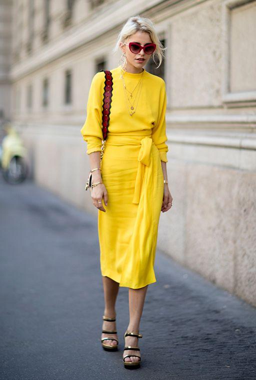vestido amarelo com oculos vermelho