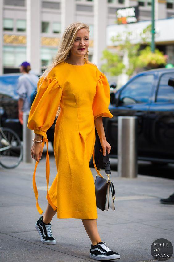 vestido amarelo gema com tenis