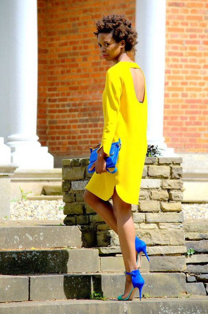 vestido amarelo sandália azul