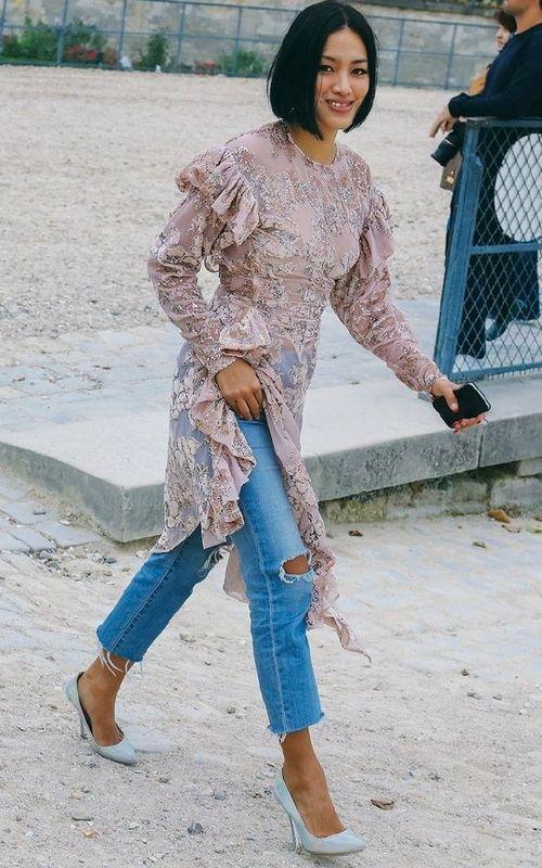 vestido de renda por cima da calça jeans