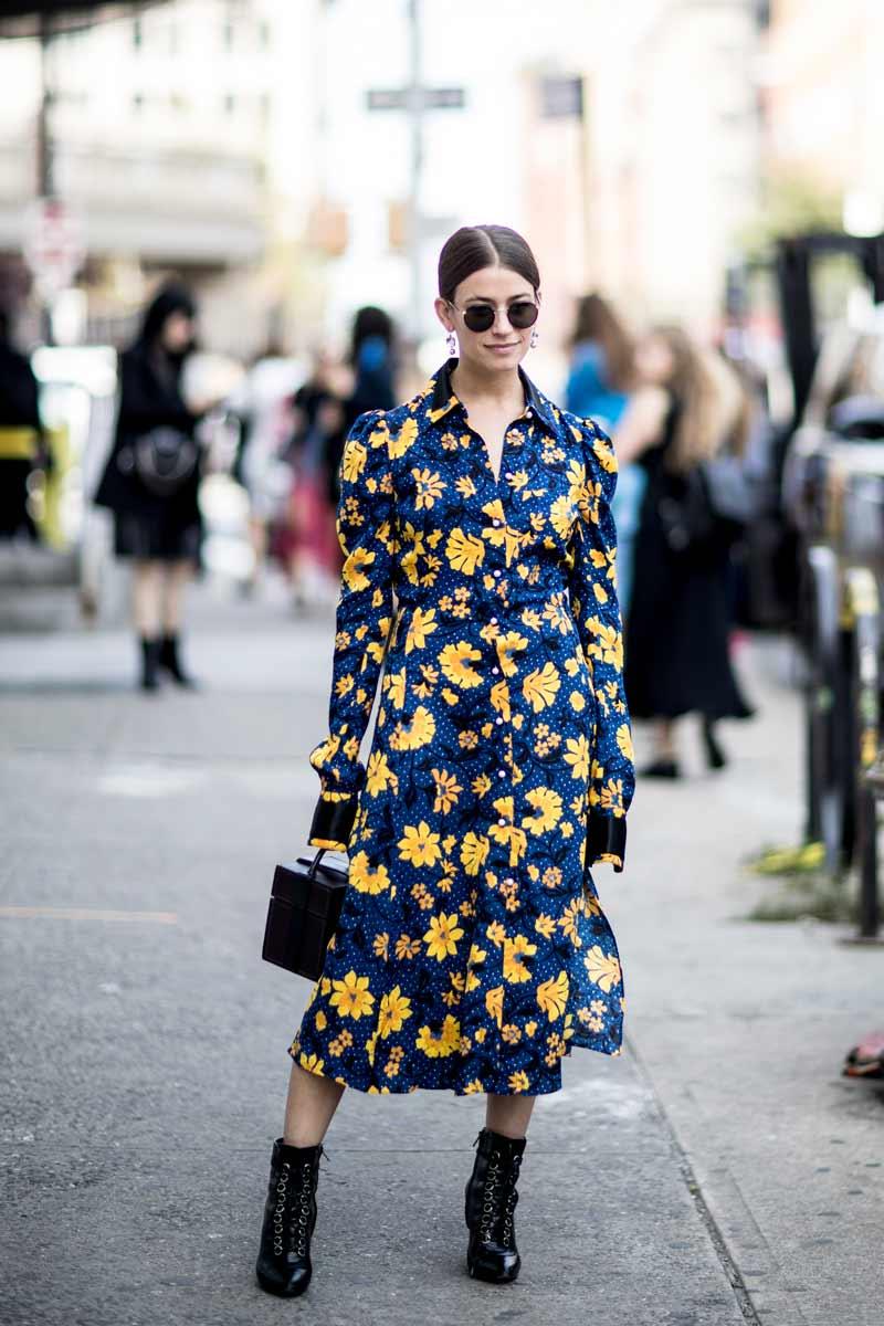 vestido-floral-azul-e-amarelo-com-botas