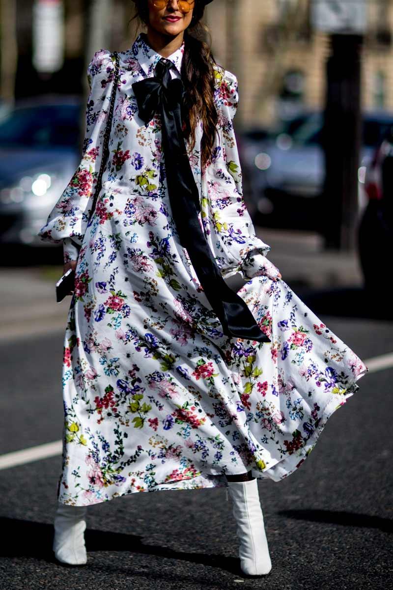 vestido-floral-branco-com-bota-branca