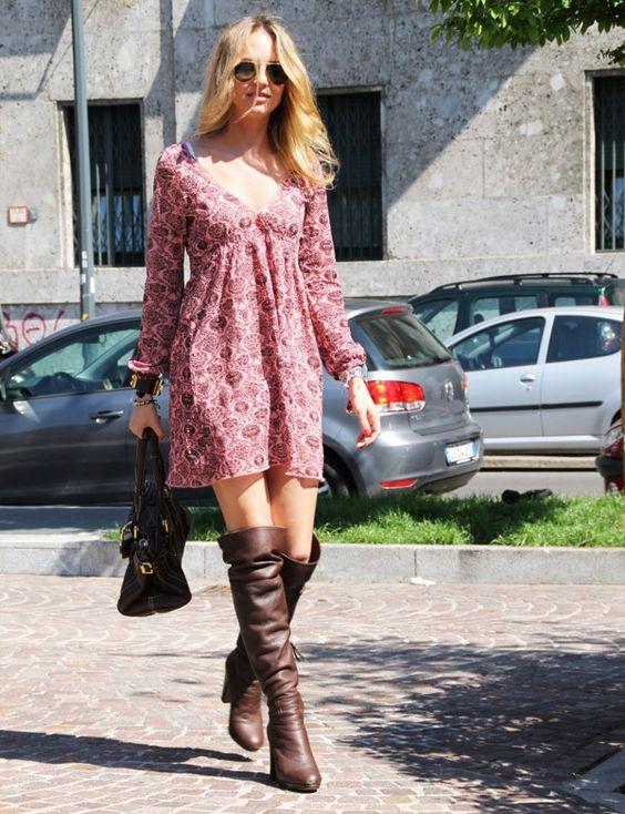 vestido floral com bota anos 70