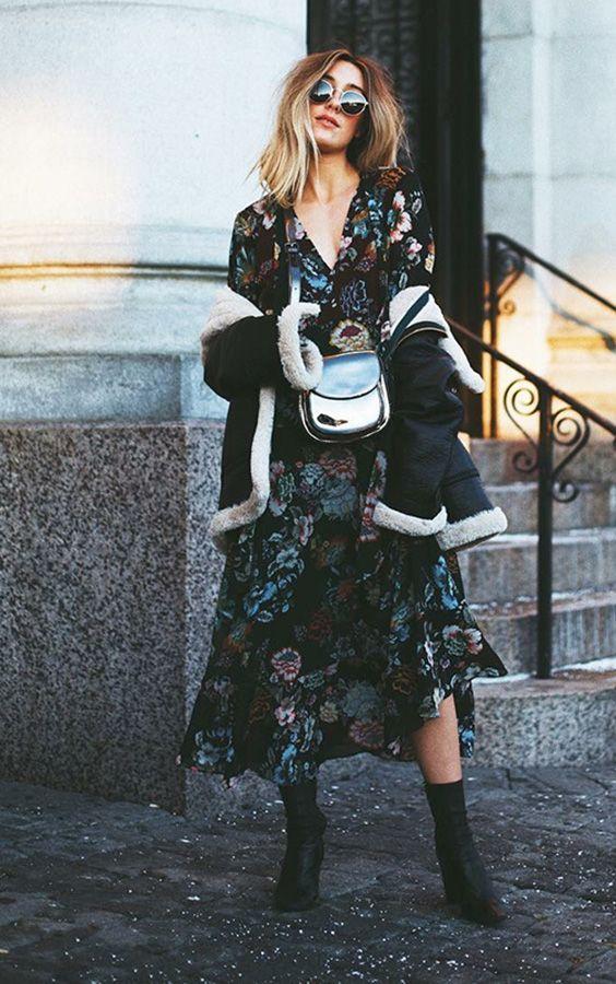 vestido floral com bota e casaco de inverno