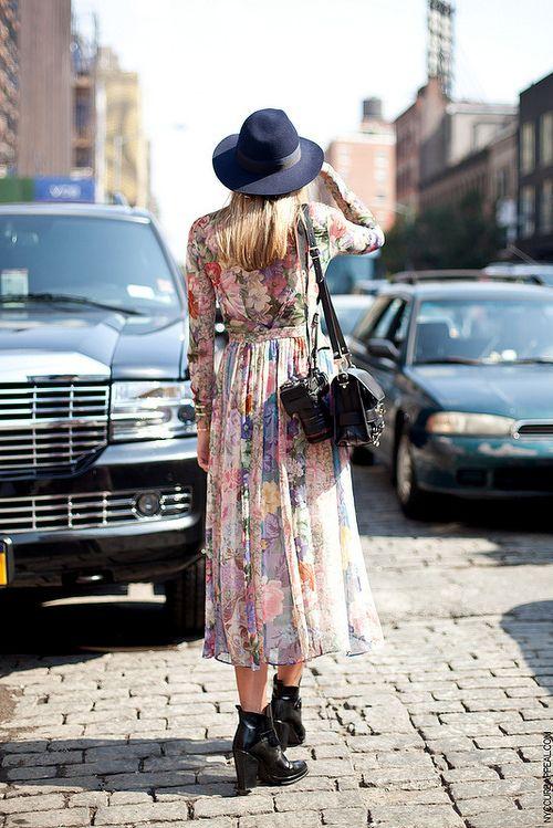 vestido floral com bota e chapéu looks