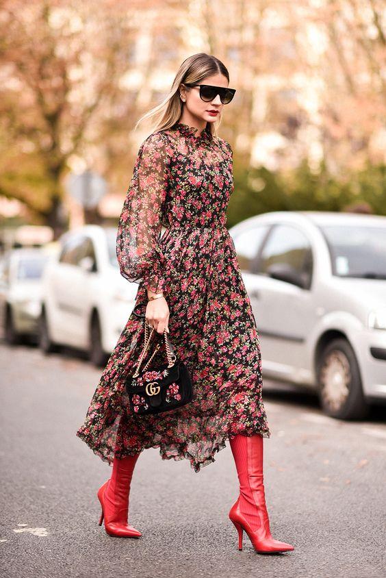 vestido floral com bota vermelha