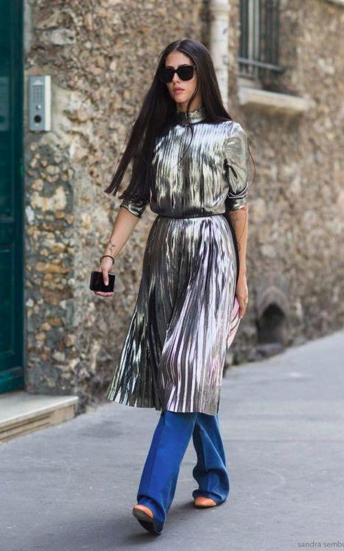 vestido prateado por cima da calça