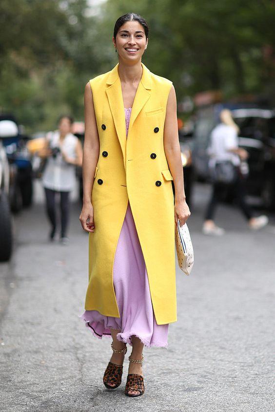 vestido rosa e colete amarelo