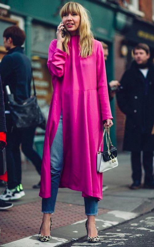 vestido rosa por cima da calça