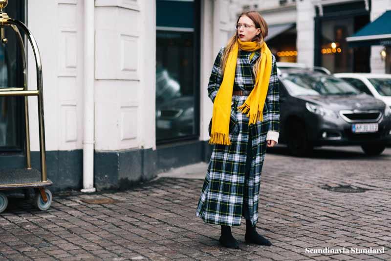 casaco-xadrez-e-echarpe-amarela