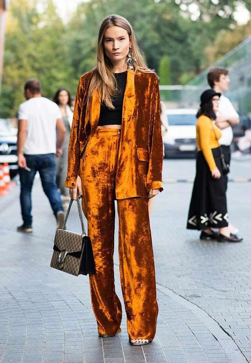 look-com-terninho-veludo-molhado-laranja
