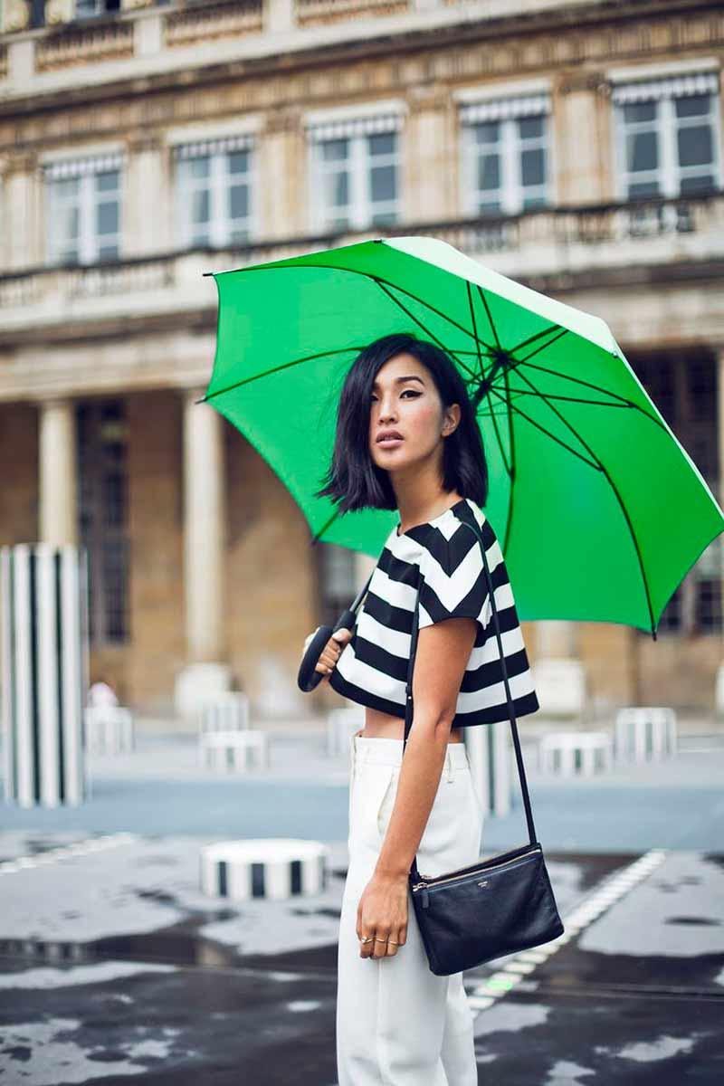 look-dia-de-chuva-calça-branca-e-top-cropped-listrado