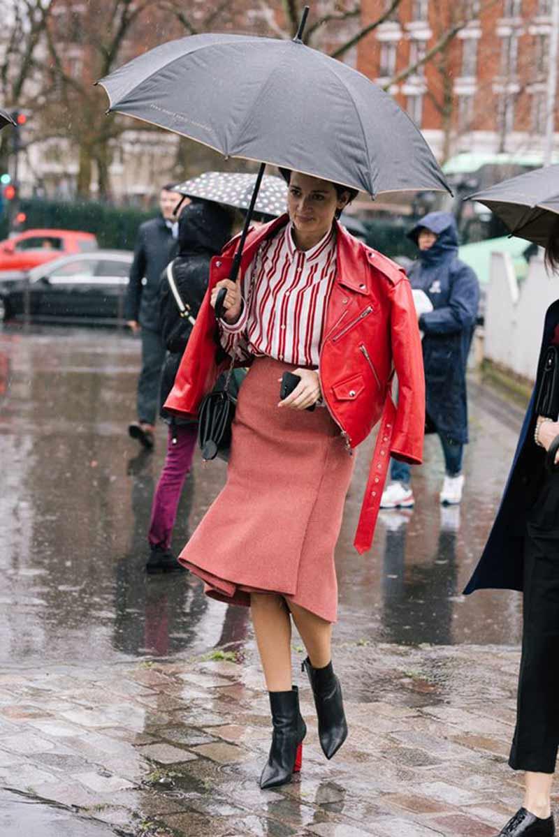 look-dia-de-chuva-saia,-camisa-e-jaqueta-de-couro-vermelhp