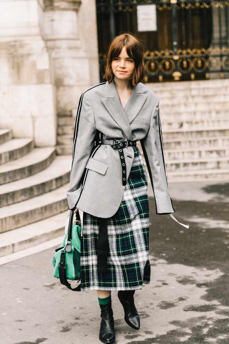 saia-xadrez-verde,-blazer-e-cinto-amarrado-na-cintura