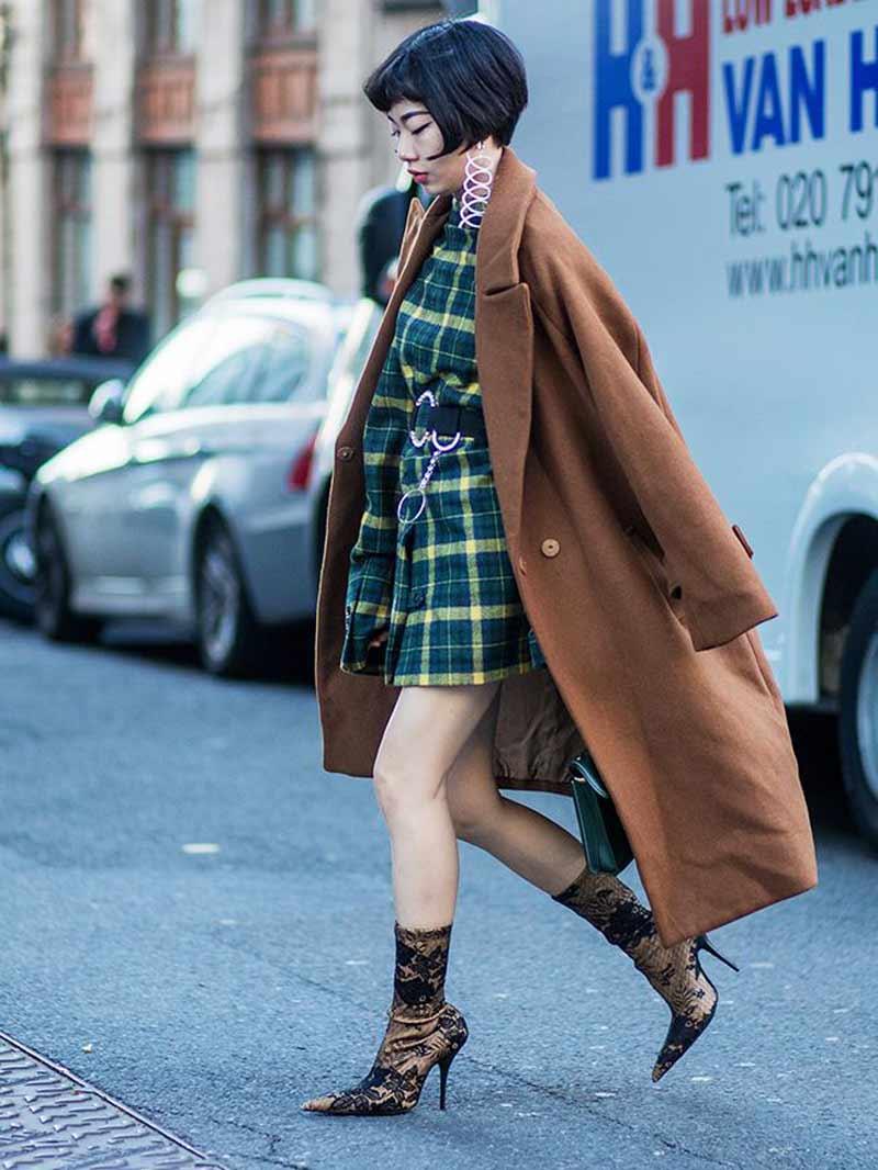 vestido-xadrez-verde-e-casaco-de-la-bege