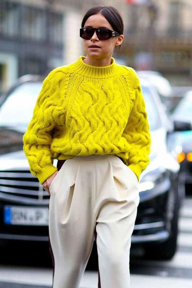 trico-amarelo-e-calça-clara