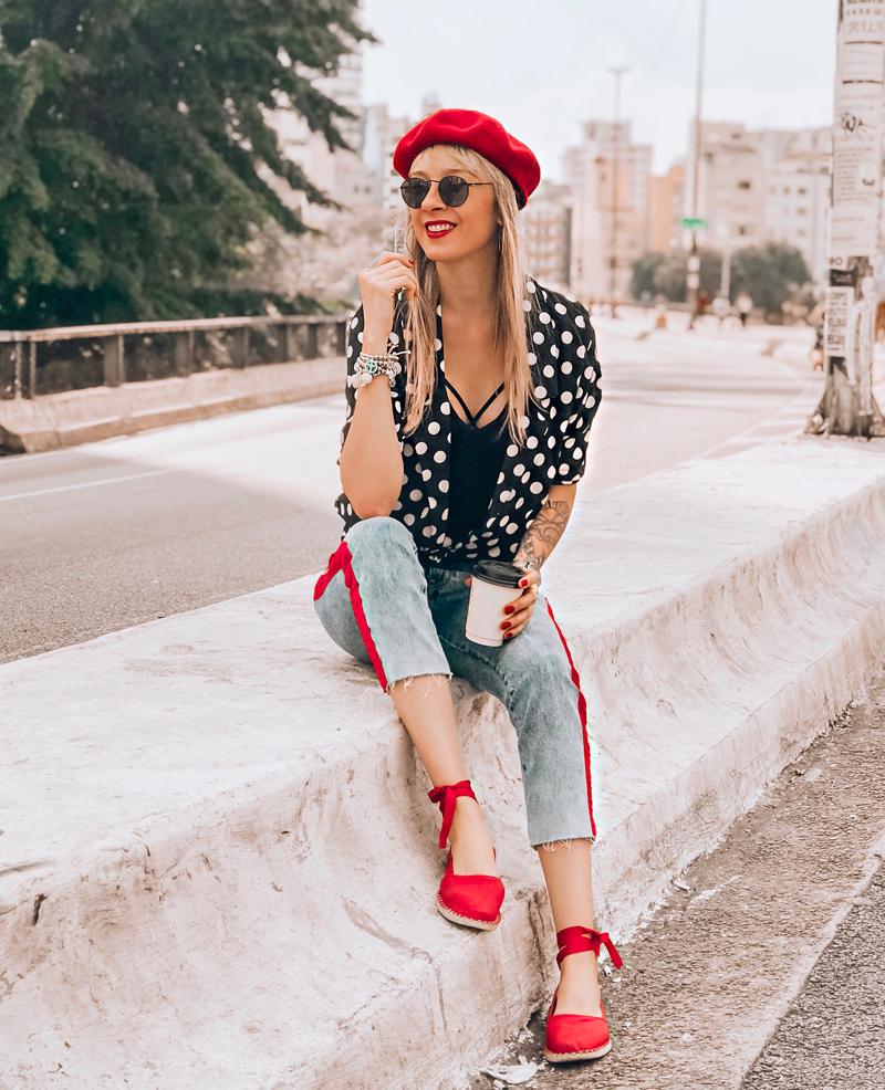 Deisi-Remus-look-estilo-francesa-com-blusa-de-poa,-calca-jeans-e-boina-vermelha-com-óculos-redondo