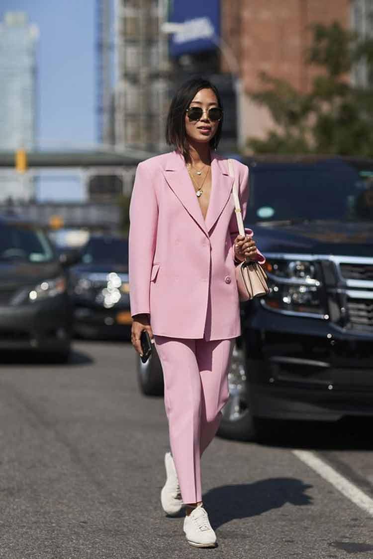 look-blazer-rosa-e-tenis