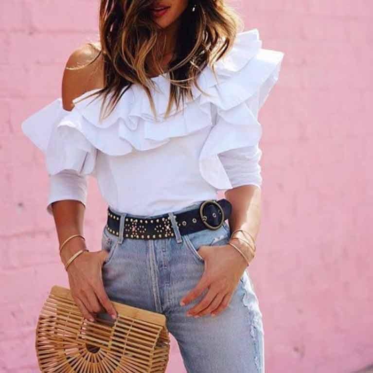 look-calça-jeans,-blusa-branca-ombro-a-ombro-e-bolsa-de-bambu