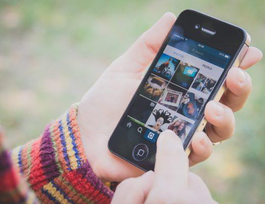 mulher-segurando-celular-smartphone-rede-social-instagram