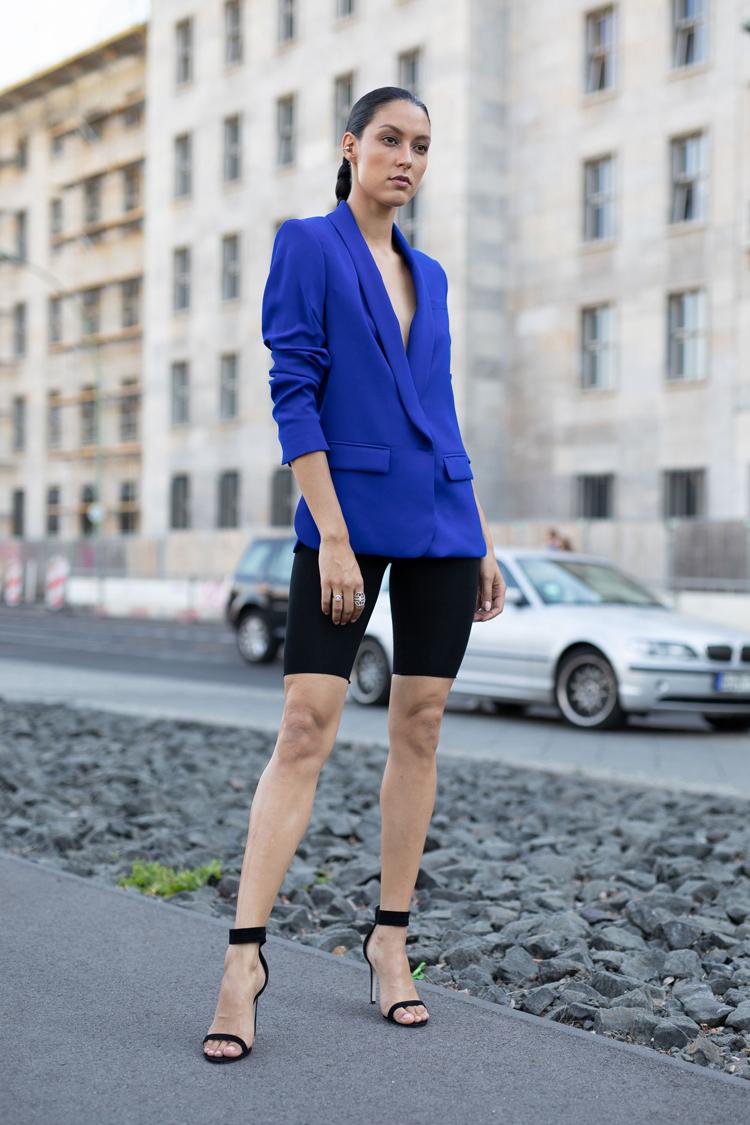bermuda-de-ciclista-preta-e-blazer-azul