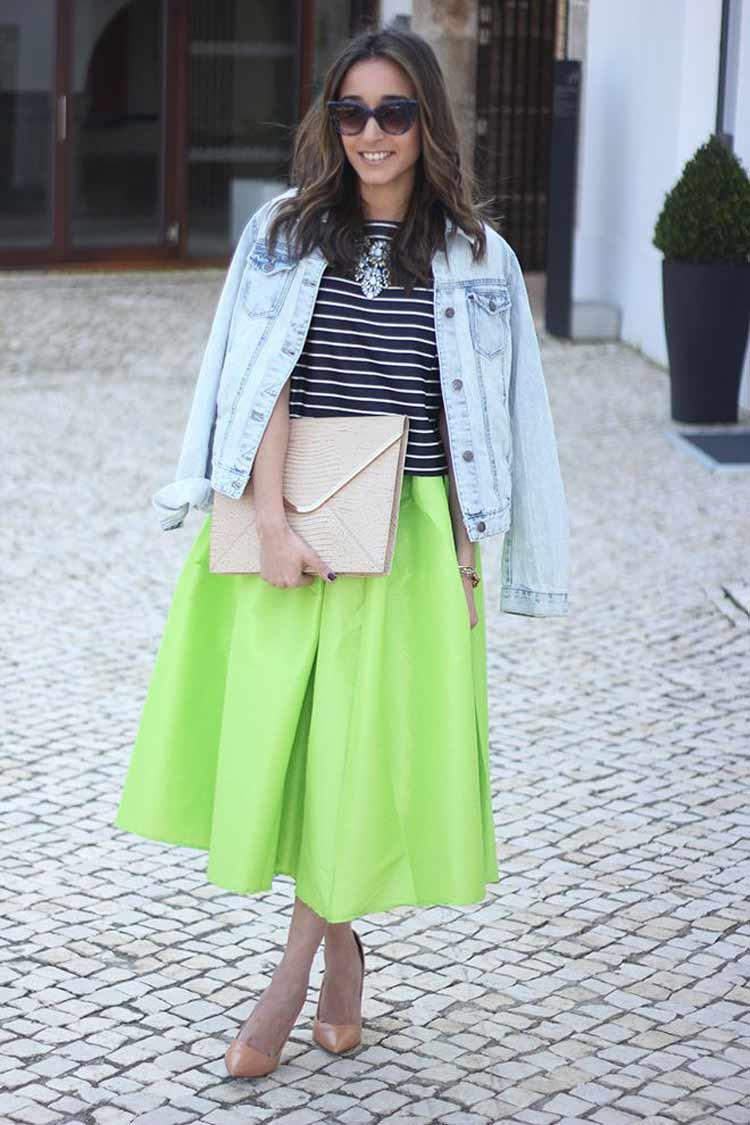 saia-midi-verde-neon-blusa-listrada-e-jaqueta-jeans