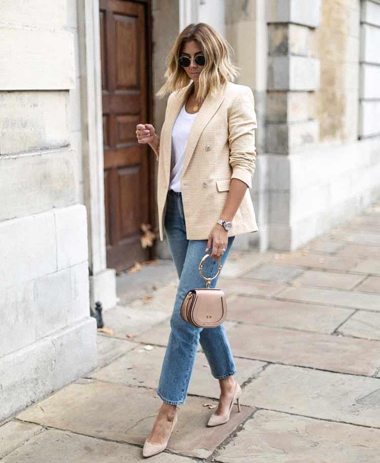 bolsa-com-alca-de-argola-calca-jeans-camiseta-branca-e-blazer-amarelo-claro