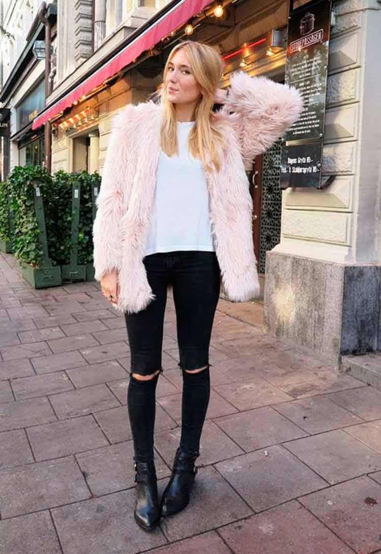casaco-de-pele-rosa-claro-e-camiseta-brabca