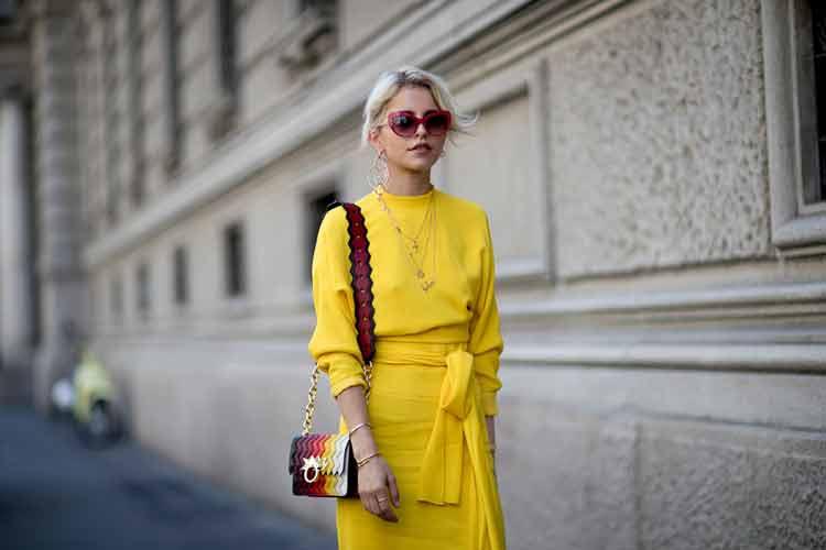 look-amarelo-e-oculos-vermelho