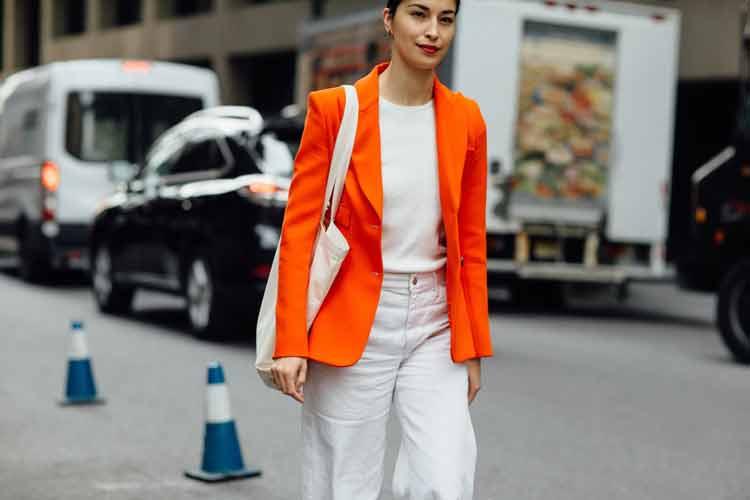 look-branco-com-blazer-laranja